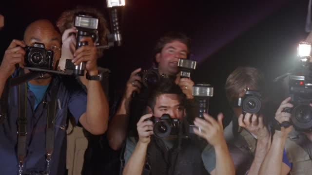 vídeos de stock, filmes e b-roll de medium shot celebrity pov of paparazzi taking photos at event/ los angeles - flash equipamento fotográfico