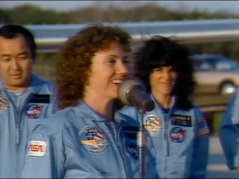 vídeos y material grabado en eventos de stock de 1986 medium shot christa mcauliffe walking to microphone and speaking - transbordador espacial