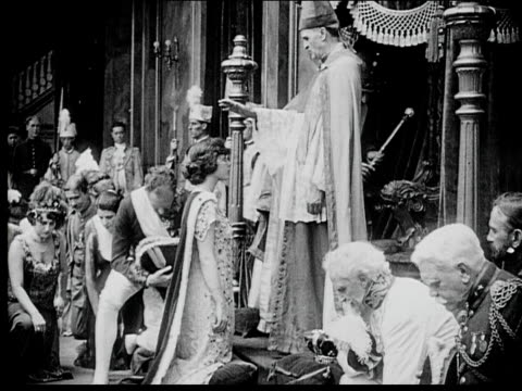 1916 b/w medium shot coronation ceremony - respect点の映像素材/bロール