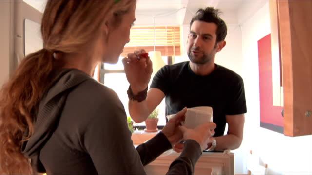 vídeos de stock e filmes b-roll de medium shot couple setting breakfast table/ new jersey - refeições