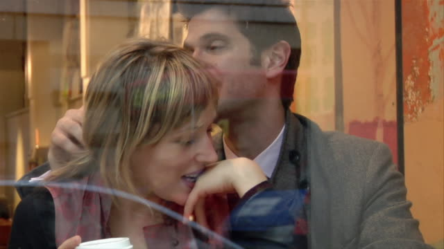 medium shot couple talking in coffee shop/ london - haar nach hinten stock-videos und b-roll-filmmaterial