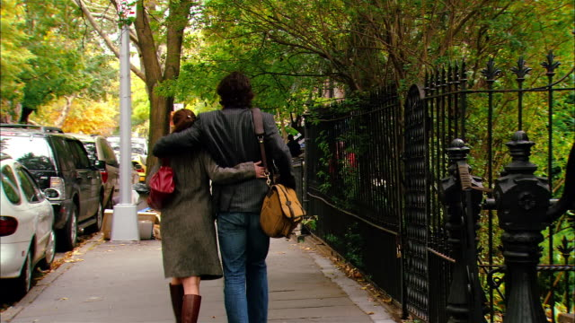 vídeos de stock, filmes e b-roll de medium shot couple walking and talking down busy street/ brooklyn, new york - neckwear