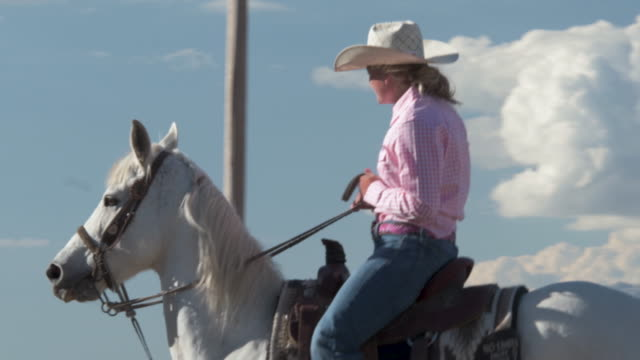 Medium Cowgirl reitet bis zu anderen erschossen und chats