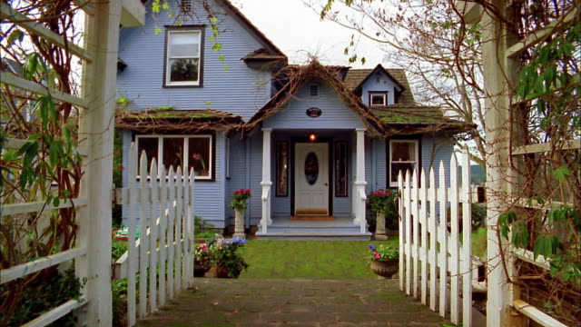 vídeos de stock e filmes b-roll de medium shot ext lavender house and white picket fence / bainbridge island, washington - porta principal
