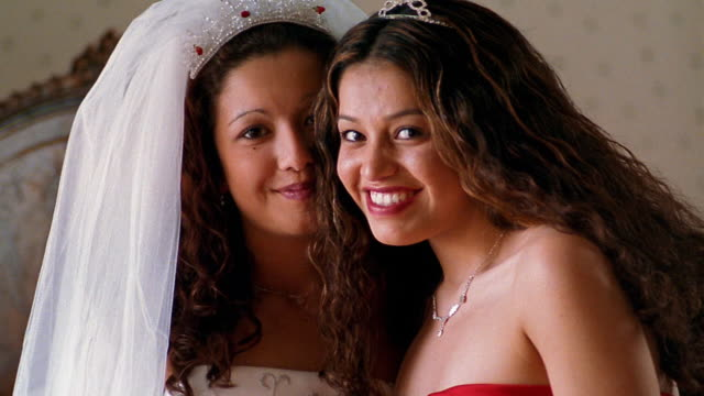 vídeos de stock, filmes e b-roll de medium shot hispanic bride and bridesmaid smiling - dama de honra