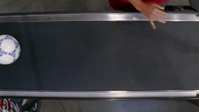 medium shot items on checkout conveyor at megastore/ california - コンベヤーベルト点の映像素材/bロール