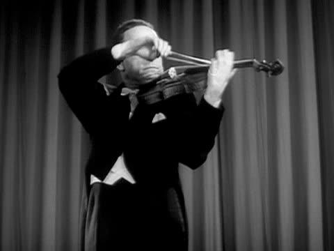 vidéos et rushes de medium shot jascha heifetz playing violin during performance/ usa - un seul homme d'âge mûr