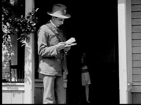 1913 b/w medium shot mailman delivering letter to girl outside house/ usa  - 1913 stock-videos und b-roll-filmmaterial