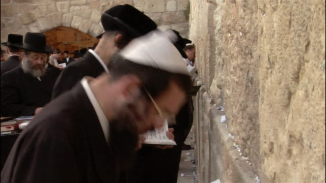 medium shot man praying at wailing wall/ jerusalem - praying stock videos & royalty-free footage