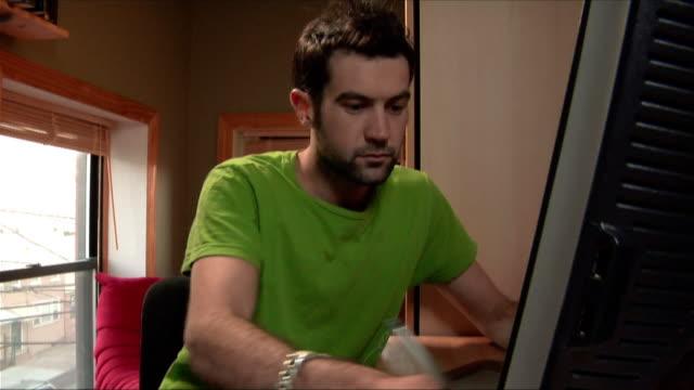 stockvideo's en b-roll-footage met medium shot man working on computer with stylus/ new jersey - hanenkam haardracht