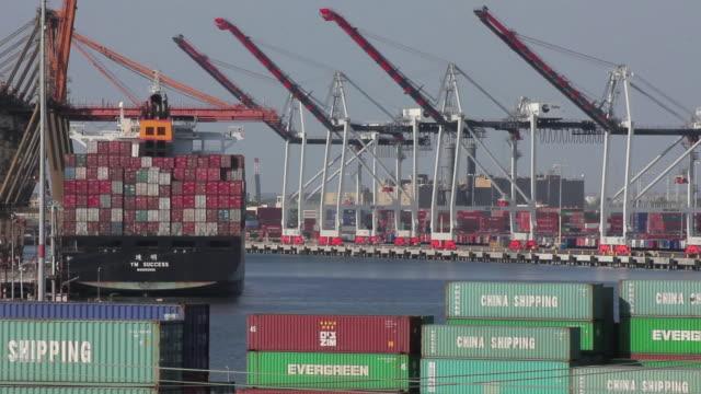 vídeos de stock, filmes e b-roll de medium shot of a cargo ship - medium group of objects