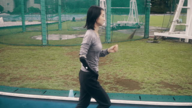 vídeos y material grabado en eventos de stock de medium shot of a female adaptive athlete training for competition at a university athletics stadium - amputado