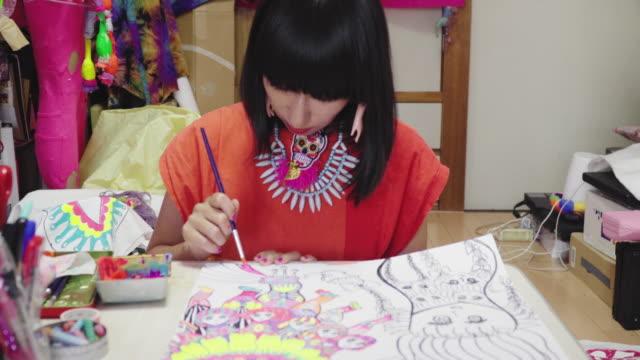 mittlere aufnahme einer künstlerin, die in ihrem eklektischen kunstatelier malt - einzelne frau über 30 stock-videos und b-roll-filmmaterial
