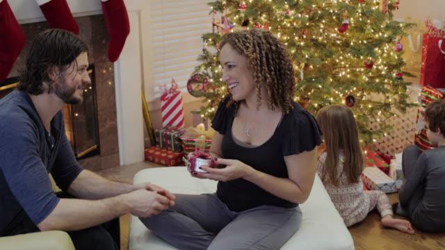 vídeos y material grabado en eventos de stock de medium shot of a man giving a gift to his wife - generosidad