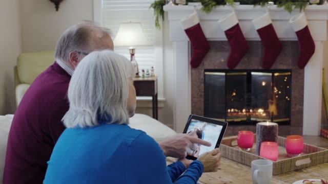 stockvideo's en b-roll-footage met medium shot of a senior couple using a tablet - 55 59 jaar