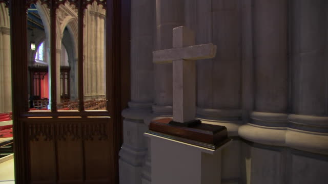 vídeos y material grabado en eventos de stock de medium shot of a stone cross inside of the washington national cathedral on september 31, 2018. - religion or spirituality
