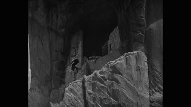 vídeos de stock e filmes b-roll de medium shot of adobe cliff dwellings collapsing during earthquake - pueblo cultura tribal da américa do norte