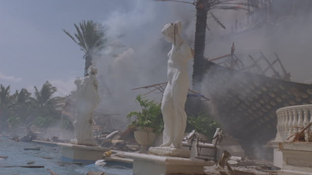 vidéos et rushes de medium shot of an exploding mansion with a pool. - palmier