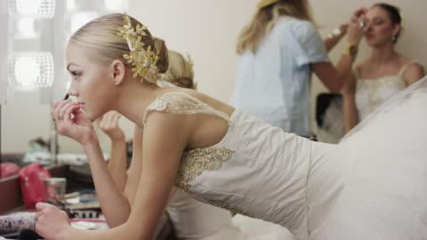 vídeos y material grabado en eventos de stock de medium shot of ballerina applying mascara in mirror / salt lake city, utah, united states - feminidad