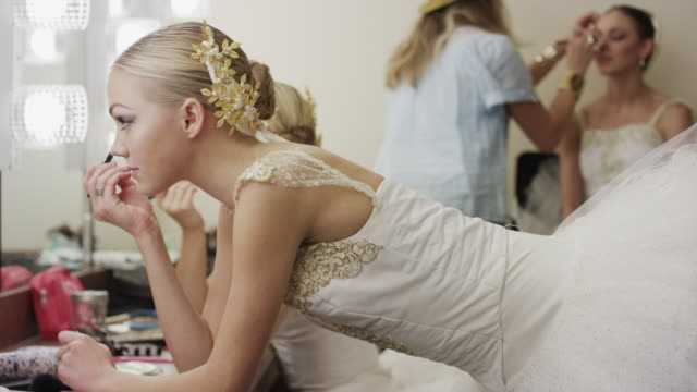 vidéos et rushes de medium shot of ballerina applying mascara in mirror / salt lake city, utah, united states - mascara