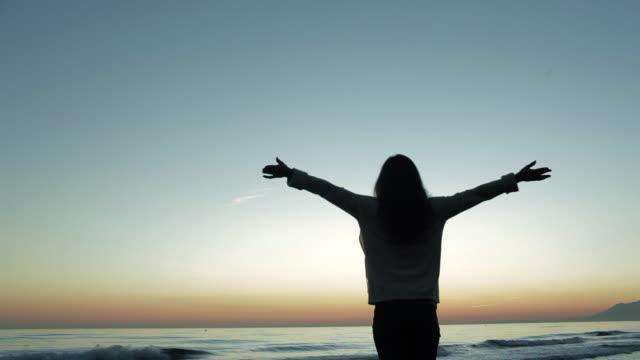 medium shot of carefree woman looking at ocean/marbella region, spain - braccio umano video stock e b–roll