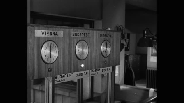 vídeos y material grabado en eventos de stock de 1952 medium shot of clocks indicating the time in vienna, budapest and moscow - reloj de pared