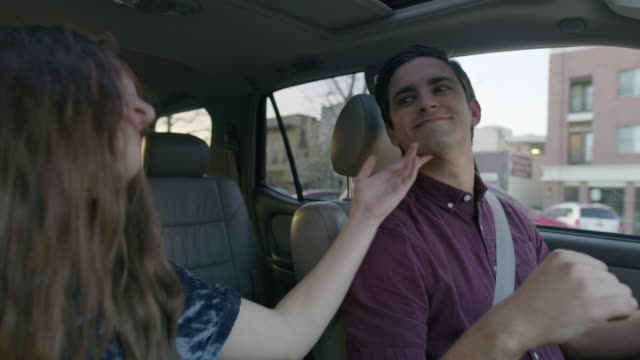 vídeos de stock, filmes e b-roll de medium shot of couple enjoying music in car / provo, utah, united states - cantar