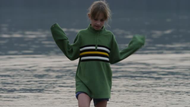 vídeos de stock e filmes b-roll de medium shot of girl wading in lake / redfish lake, idaho, united states - fotografia de três quartos