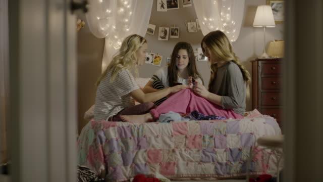vídeos de stock e filmes b-roll de medium shot of girls painting nails in bedroom / cedar hills, utah, united states - preparação