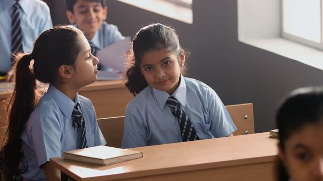 vídeos de stock, filmes e b-roll de medium shot of girls playing while sitting in classroom - 8 9 anos