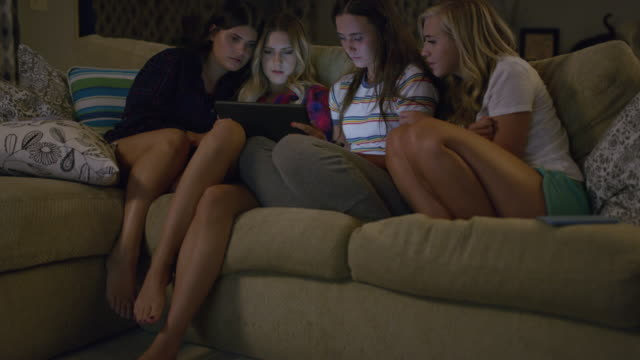 vídeos y material grabado en eventos de stock de medium shot of girls watching digital tablet at slumber party / cedar hills, utah, united states - cojín