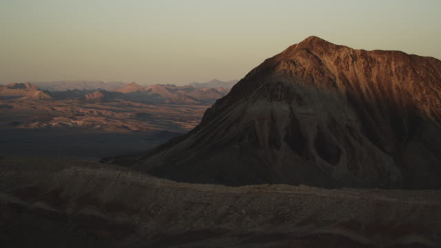 medium shot of lava butte mountain in nevada - nevada stock-videos und b-roll-filmmaterial