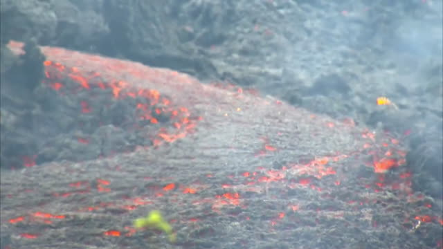 vídeos de stock, filmes e b-roll de medium shot of lava flowing from hawaii's kilauea volcanic eruption outside of leilani estates on may 12 2018 the lava flow is headed toward the town... - environment or natural disaster or climate change or earthquake or hurricane or extreme weather or oil spill or volcano or tornado or flooding