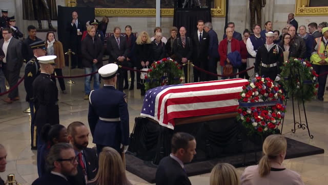 medium shot of mourners paying their respects to former president george h.w. bush in the united states capitol rotunda on december 4, 2018. - 正装安置点の映像素材/bロール