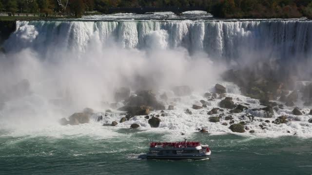 medium shot of niagra falls with boat - ナイアガラ滝点の映像素材/bロール