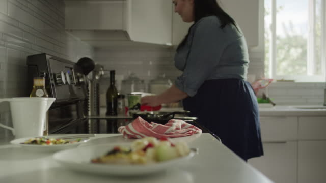 medium shot of overweight woman preparing healthy meal / orem, utah, united states - cucina domestica video stock e b–roll