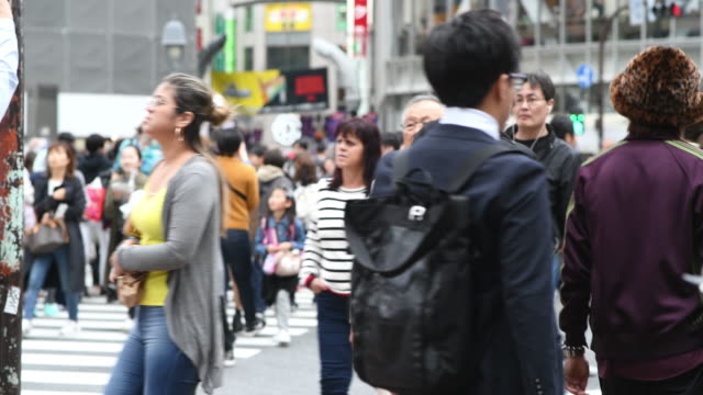 vidéos et rushes de tir moyen de personnes marchant sur le passage de shibuya - carrefour