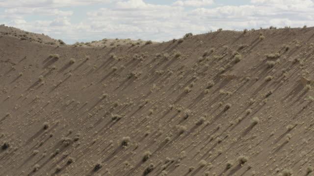vídeos y material grabado en eventos de stock de medium shot of sedan crater explosion crater in the desert at nevada test site - cráter