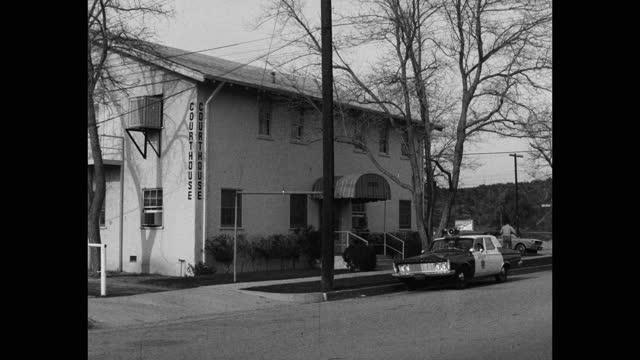medium shot of sheriff's car parked outside courthouse, saugus, santa clarita, california, usa - santa clarita stock videos & royalty-free footage