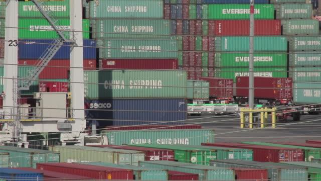 vídeos de stock, filmes e b-roll de medium shot of shipping containers - medium group of objects