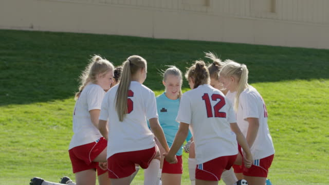 vidéos et rushes de medium shot of soccer players praying / springville, utah, united states - springville utah