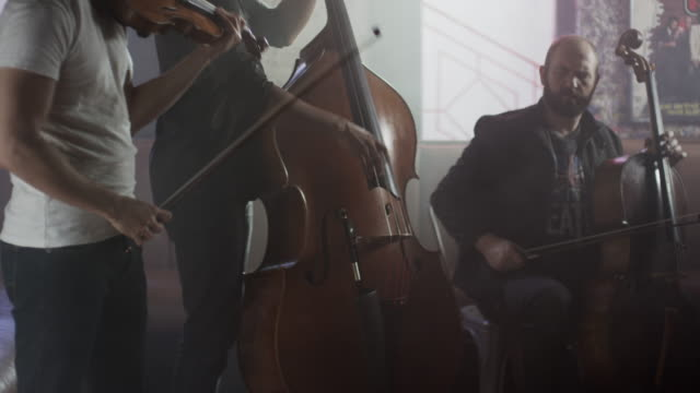 vídeos de stock e filmes b-roll de medium shot of strings trio playing in bar / salt lake city, utah, united states - violino