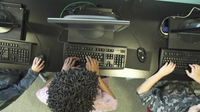 vídeos y material grabado en eventos de stock de medium shot of students using computers - laboratorio de ordenadores