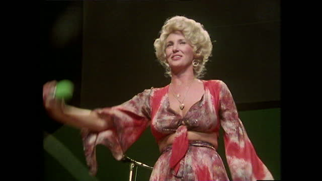 medium shot of tammy wynette singing on stage and finishing her performance with a bow, wearing 1970s fashion; nashville, 1979. - 1970 1979 stock videos & royalty-free footage