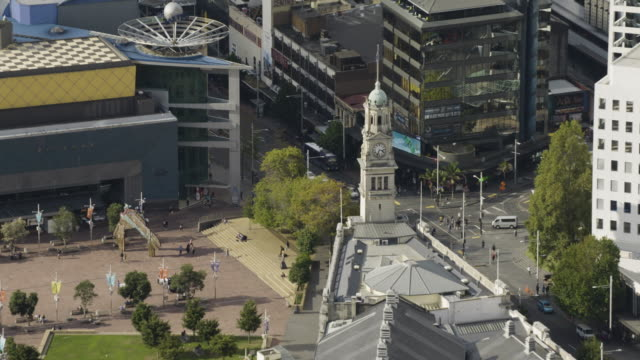 medium shot of the auckland town hall - turmuhr stock-videos und b-roll-filmmaterial