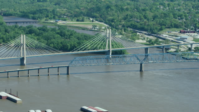 vídeos y material grabado en eventos de stock de medium shot of the bayview bridge - illinois