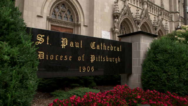 vídeos y material grabado en eventos de stock de medium shot of the sign outside the main entrance to saint paul cathedral in pittsburgh, pennsylvania on august 15, 2018. - religion or spirituality