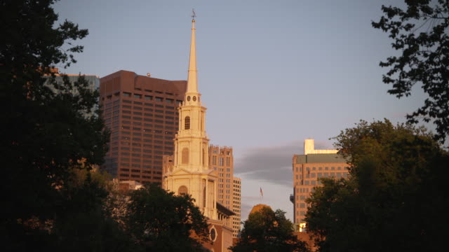 medium shot of the spire of park street church bathed in evening sunlight, boston, massachusetts, usa. - evangelicalism stock videos & royalty-free footage