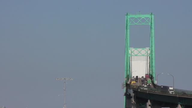 vídeos y material grabado en eventos de stock de medium shot of the vincent thomas bridge - puerto de los angeles