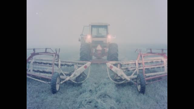 medium shot of tractor cutting hay in agricultural field on a foggy morning, kansas, usa - mindre än 10 sekunder bildbanksvideor och videomaterial från bakom kulisserna